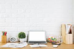 Lieu de travail créatif de concepteur avec l'ordinateur portable vide Photos libres de droits