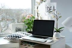 Lieu de travail créatif près de rebord de fenêtre Photos libres de droits