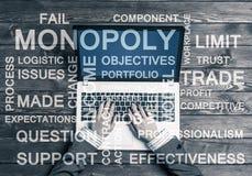 Lieu de travail d'affaires avec l'ordinateur portable et les mots conceptuels d'affaires Image stock