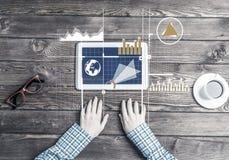 Lieu de travail d'affaires avec la tasse de café de dispositif de comprimé et le graphique de media Photographie stock