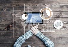 Lieu de travail d'affaires avec la tasse de café de dispositif de comprimé et le graphique de media Image libre de droits