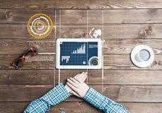 Lieu de travail d'affaires avec la tasse de café de dispositif de comprimé et les graphiques et les diagrammes de media Images libres de droits