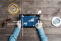 Lieu de travail d'affaires avec la tasse de café de dispositif de comprimé et les graphiques et les diagrammes de media Photo libre de droits