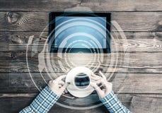 Lieu de travail d'affaires avec la tasse de café de dispositif de comprimé et media inter Image libre de droits