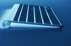 Lieu de travail d'affaires avec le clavier sans fil d'ordinateur sur le fond bleu de table Bureau avec l'espace de copie dans des Images stock