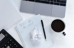 Lieu de travail d'affaires avec un carnet, une calculatrice et un carnet avec un plan de travail pendant une semaine, café de tas Photos stock