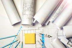 Lieu de travail d'architecte - petits pains et plans Photos stock