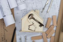 Lieu de travail d'architecte - peu de maison, clé avec le bibelot dans le s image libre de droits