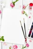 Lieu de travail d'artiste Paper, brosses, peintures d'aquarelle, palette Images stock