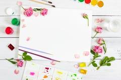 Lieu de travail d'artiste Paper, brosses, peintures d'aquarelle, palette Photographie stock libre de droits
