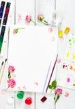 Lieu de travail d'artiste Paper, brosses, peintures d'aquarelle, palette Photo libre de droits