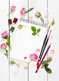 Lieu de travail d'artiste Paper, de brosses, de peintures d'aquarelle et de rose Photos libres de droits