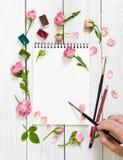 Lieu de travail d'artiste Sketchbooks, brosses, peintures d'aquarelle et Photos stock