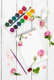 Lieu de travail d'artiste Sketchbooks, brosses, peintures d'aquarelle et Photographie stock