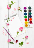 Lieu de travail d'artiste Sketchbooks, brosses, peintures d'aquarelle et Photo stock