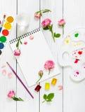 Lieu de travail d'artiste Sketchbooks, brosses, peintures d'aquarelle, PA Images libres de droits