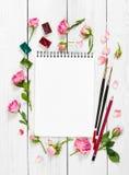 Lieu de travail d'artiste Sketchbooks, brosses, peintures d'aquarelle, PA Image stock