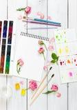 Lieu de travail d'artiste Sketchbooks, brosses, peintures d'aquarelle, PA Photographie stock