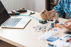 Lieu de travail d'expérience d'ingénieur avec l'électronique Images libres de droits