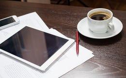 Lieu de travail d'homme d'affaires avec le comprimé numérique, le smartphone, la tasse de café et les diagrammes Le concept d'une Images libres de droits