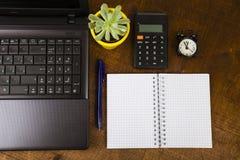 Lieu de travail d'homme d'affaires avec un ordinateur portable Image stock
