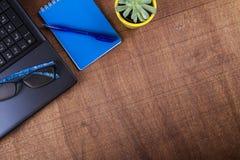 Lieu de travail d'homme d'affaires avec un ordinateur portable Photographie stock libre de droits