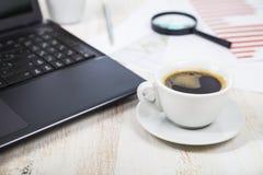 Lieu de travail d'homme d'affaires avec un ordinateur portable Images libres de droits