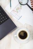 Lieu de travail d'homme d'affaires avec un ordinateur portable Image libre de droits