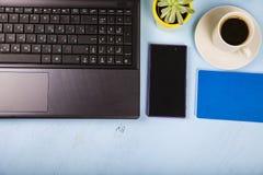 Lieu de travail d'homme d'affaires avec un ordinateur portable Photographie stock