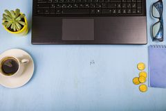 Lieu de travail d'homme d'affaires avec un ordinateur portable Photos libres de droits
