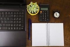 Lieu de travail d'homme d'affaires avec un ordinateur portable, vue supérieure Photo stock