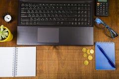 Lieu de travail d'homme d'affaires avec un ordinateur portable, vue supérieure Photographie stock libre de droits