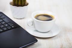 Lieu de travail d'homme d'affaires avec un ordinateur portable Photos stock