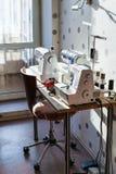 Lieu de travail d'ouvrière couturière à la maison Photographie stock libre de droits