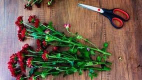 Lieu de travail d'une table de Wooden de fleuriste avec un bouquet des fleurs photos stock
