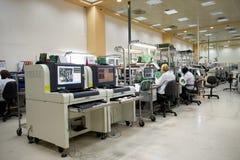 Lieu de travail d'usine de l'électronique Photo stock
