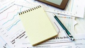 Lieu de travail dans le bureau, carnet avec l'espace pour le texte Images libres de droits