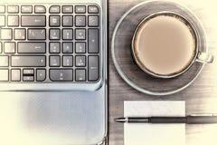 Lieu de travail dans le bureau Carnet et une tasse de café L'espace de fonctionnement Concept : bureau, affaires Photographie stock