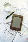 Lieu de travail dans le bureau, l'ebook et les graphiques Image stock