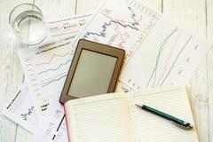 Lieu de travail dans le bureau, le bloc-notes et les graphiques Image libre de droits