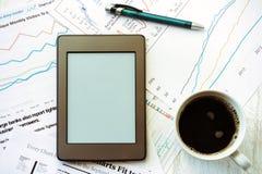 Lieu de travail dans le bureau, le café et l'ebook Photo stock