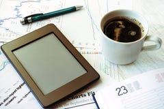 Lieu de travail dans le bureau, le café et l'ebook Photos libres de droits