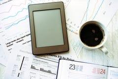 Lieu de travail dans le bureau, le café et l'ebook Photographie stock libre de droits
