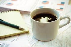 Lieu de travail dans le bureau, le café et le carnet Photos libres de droits
