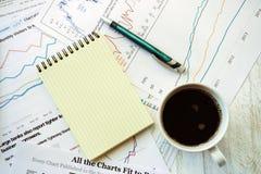 Lieu de travail dans le bureau, le café et le carnet Images libres de droits