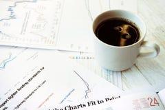 Lieu de travail dans le bureau, le café et les graphiques Image stock