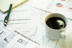 Lieu de travail dans le bureau, le café et les graphiques Images libres de droits