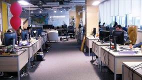 Lieu de travail dans le bureau moderne avec des gens d'affaires faisant un brainstorm Travailleurs travaillant sur l'ordinateur p Photographie stock libre de droits