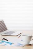 Lieu de travail de bureau avec du café, l'ordinateur portable et les approvisionnements Image libre de droits