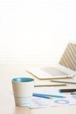 Lieu de travail de bureau avec du café, l'ordinateur portable et les approvisionnements Image stock